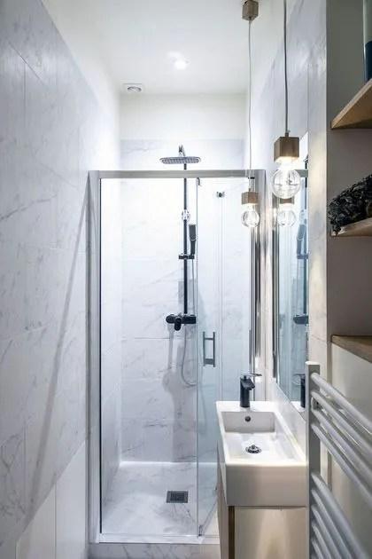 agrandir des meubles minimalistes dans la petite salle de bains