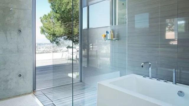 salle de bains avec baignoire et douche a l italienne