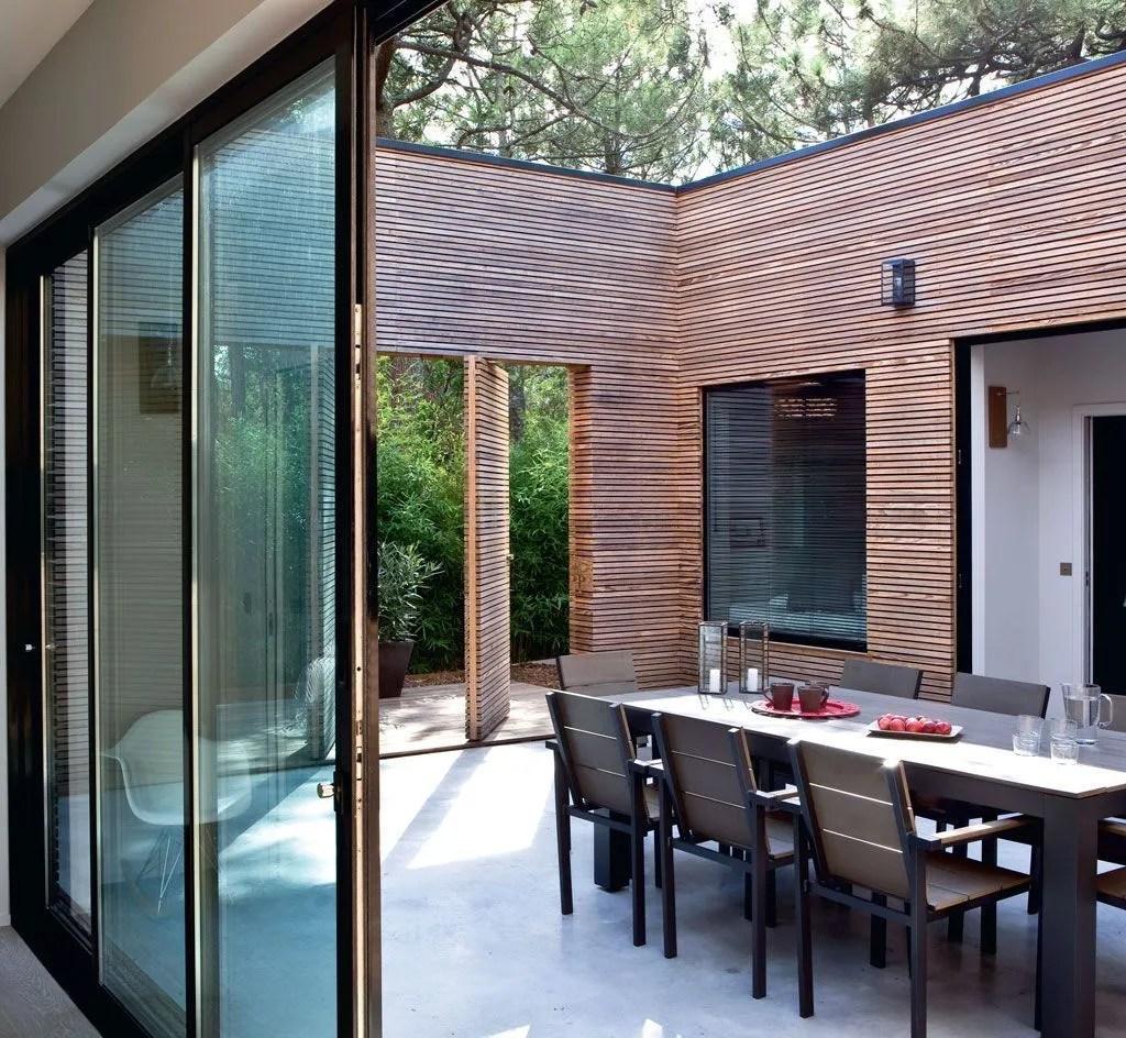 maison moderne avec patio interieur maison moderne. Black Bedroom Furniture Sets. Home Design Ideas