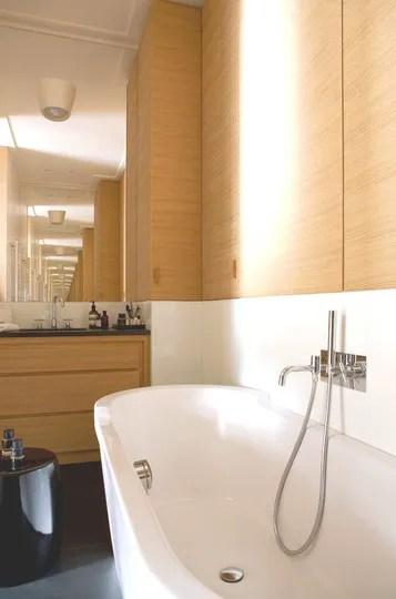 La salle de bains les miroirs dfient la perspective  Une rnovation dappartement synonyme d