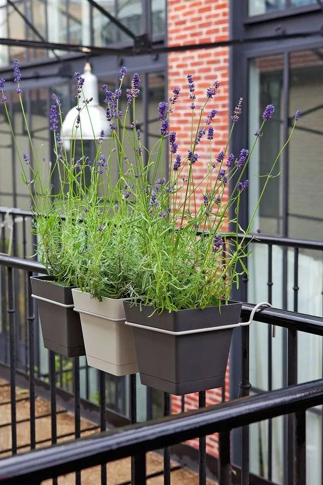 Amnager un balcon avec des plantes et une table  Ct Maison