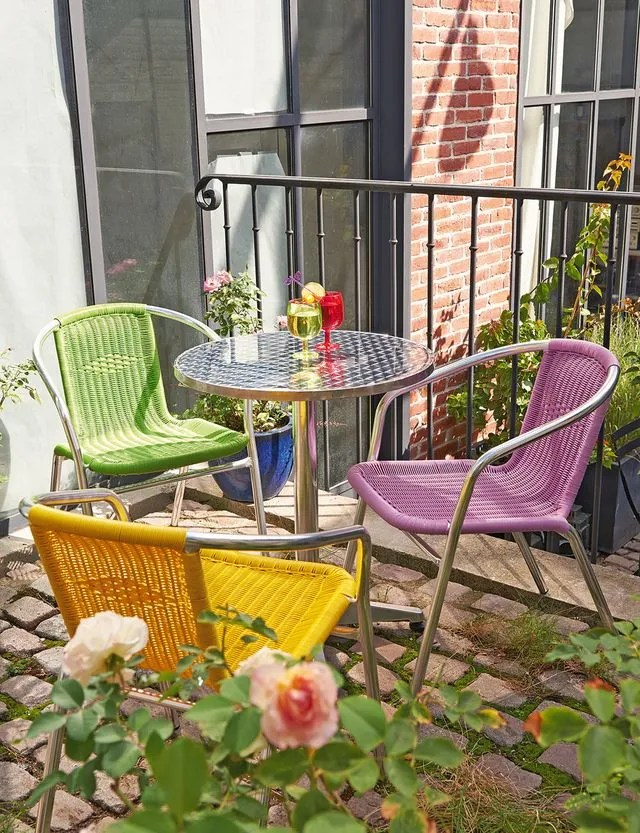 balcon avec des plantes et une table
