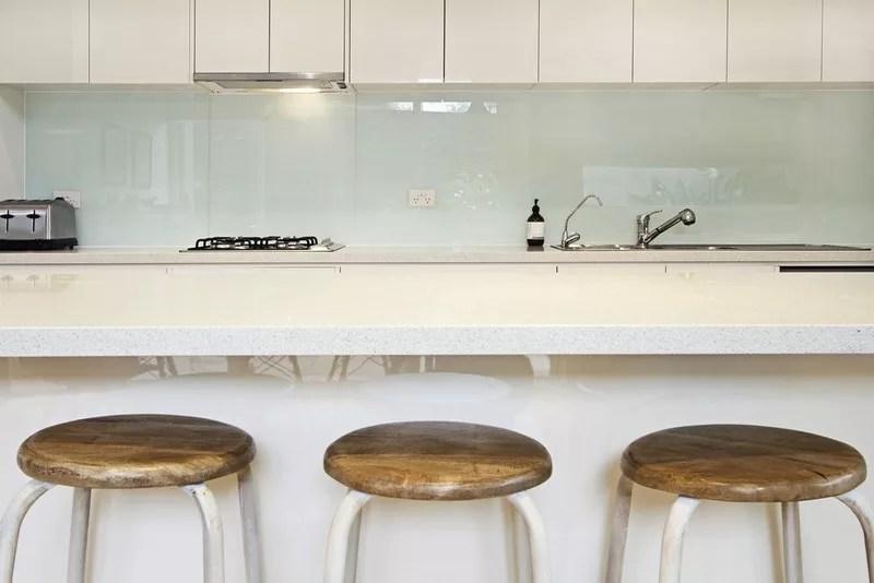 credence en verre sur mesure blanc pastel cote verre