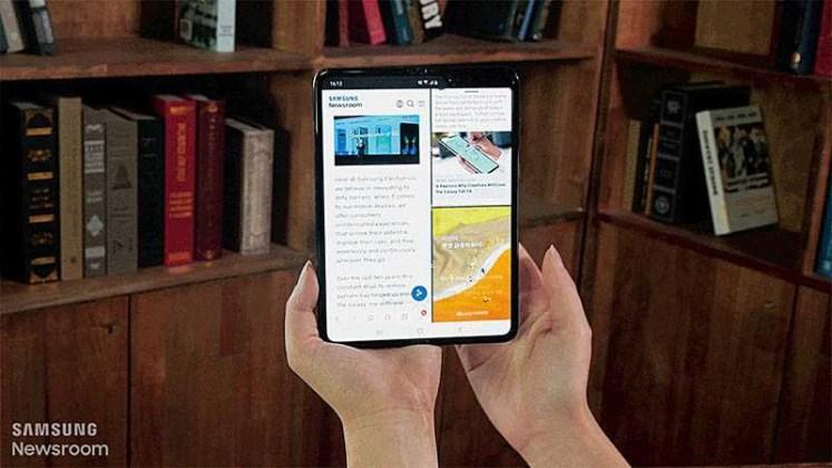 三星Galaxy Fold提供多工處理功能,使用者可一邊寫筆記、一邊上網查資料,同時開啟雙視窗作業。(圖/三星提供)