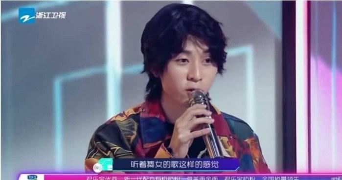 著名的互联网歌手继续批评张韶涵,认为她的表演很油腻。  (图片/ Youtube歌曲回顾)