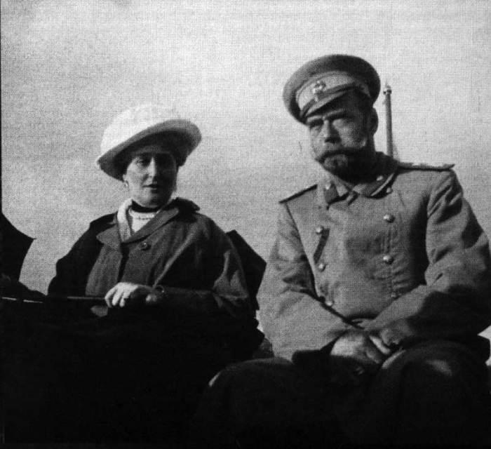 Во время прогулки на катере по Днепру в 1916 году.