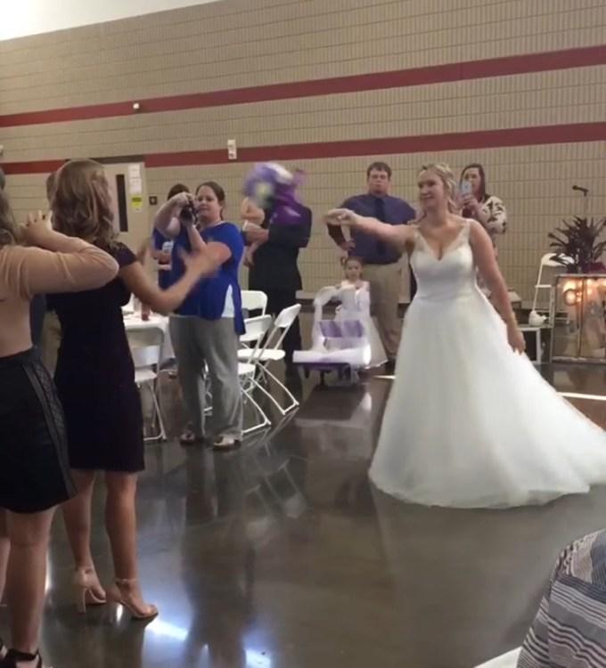 ナニコレ!?超羨ましい! 結婚式でブーケを取った女性、3秒後にまさかのプロポーズ