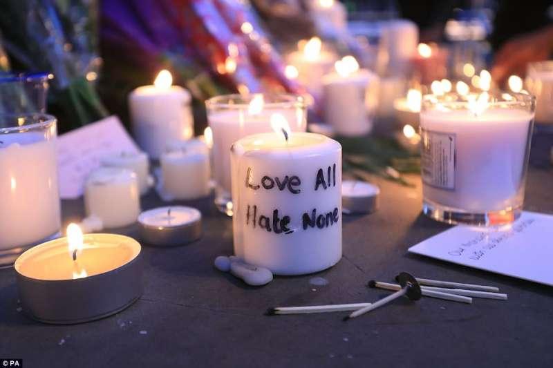 attentato di manchester il ricordo delle vittime