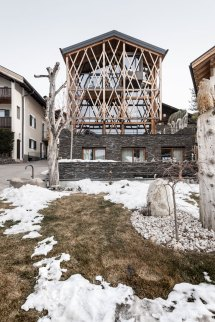 Noa Design Traditional Alpine Mountain Home With