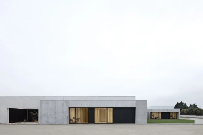 A6A combines white concrete + charred wood for les patios health center in france