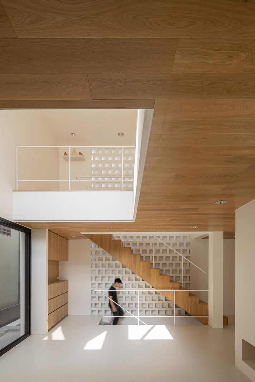 fattstudio wraps 'bangson' house in bangkok in white shell of concrete + brick
