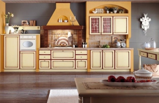 Pareti gialle in cucina country