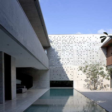 Courtyard House by Formwerkz Architects