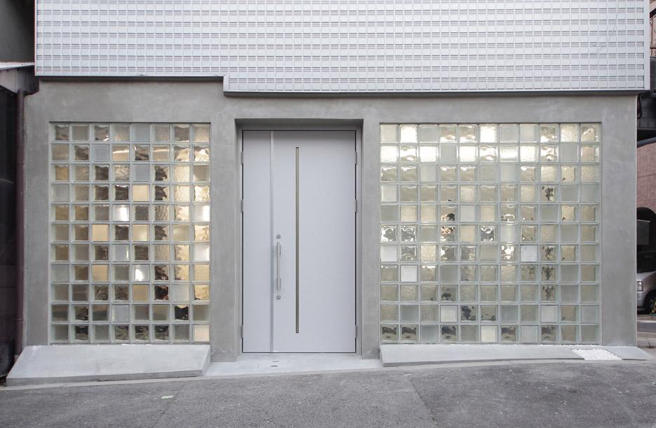 Glass blocks create multitonal facade for Jun Muratas
