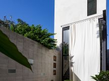 Huge glass doors open Taller Estilo Arquitectura's Mexican ...