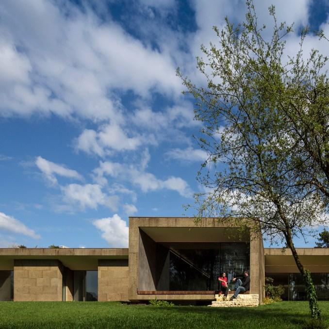 Cork cladding roundup: The Hill Cork House by Contaminar Arquitectos