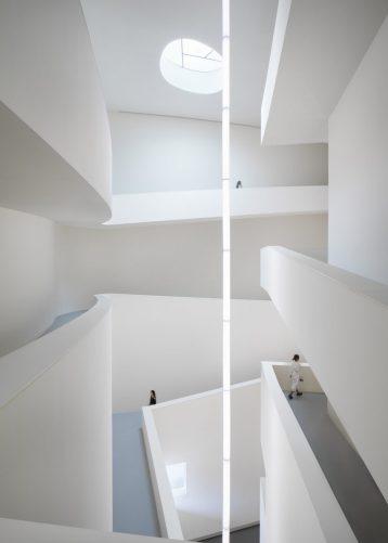 Le vide central à l'intérieur du musée d'art et d'éducation de Huamao par Álvaro Siza et Carlos Castanheira