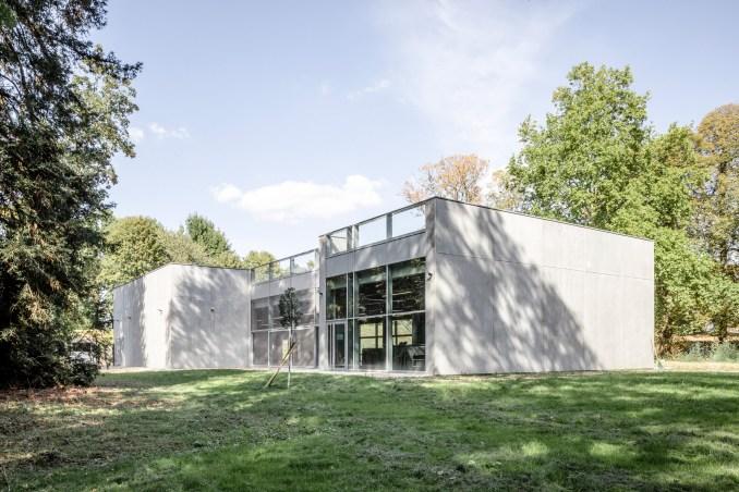 Concrete building in theChâteau de la Grange-la-Prévôté park