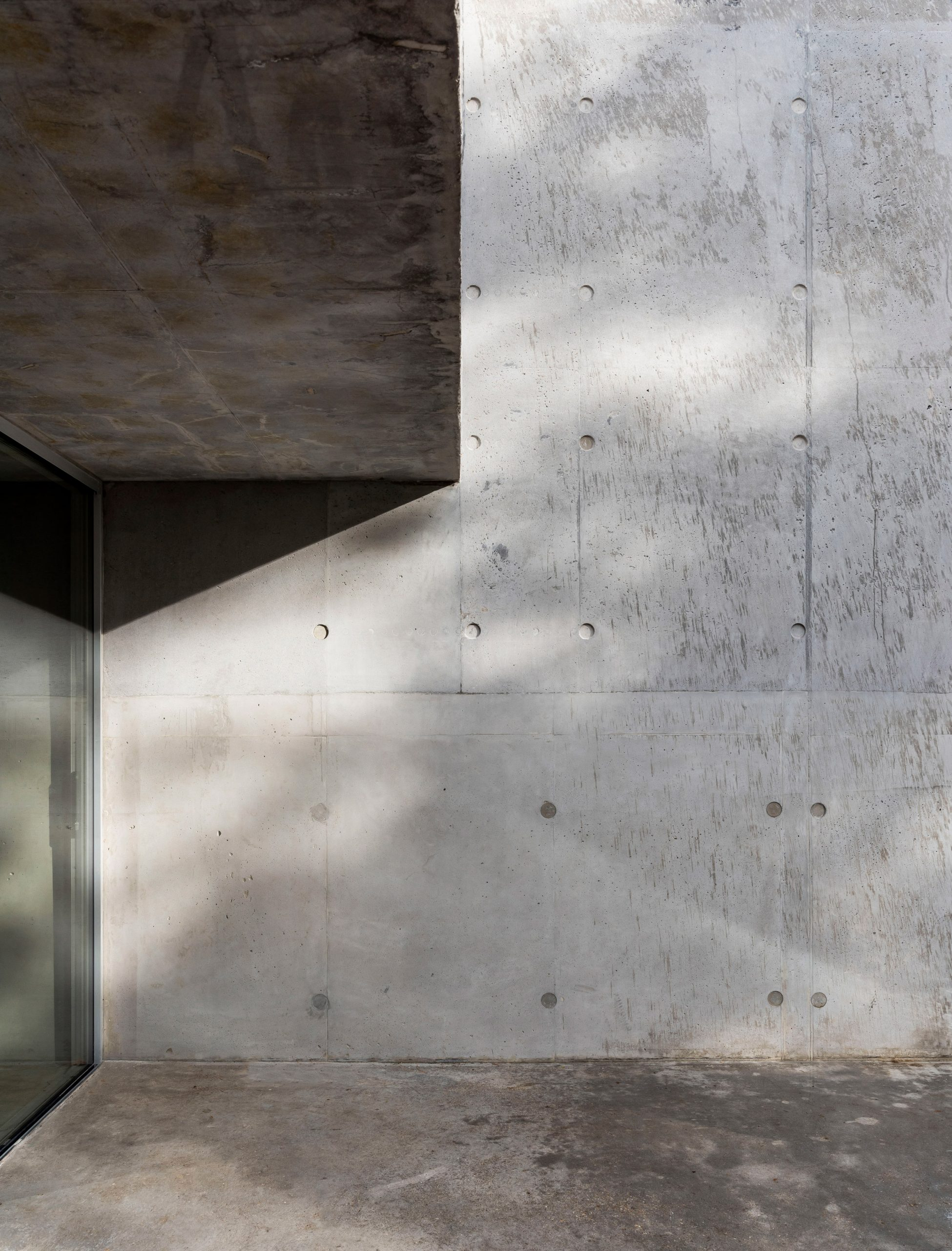 The concrete facade of Concrete House by RAW Architecture Workshop in East Sussex
