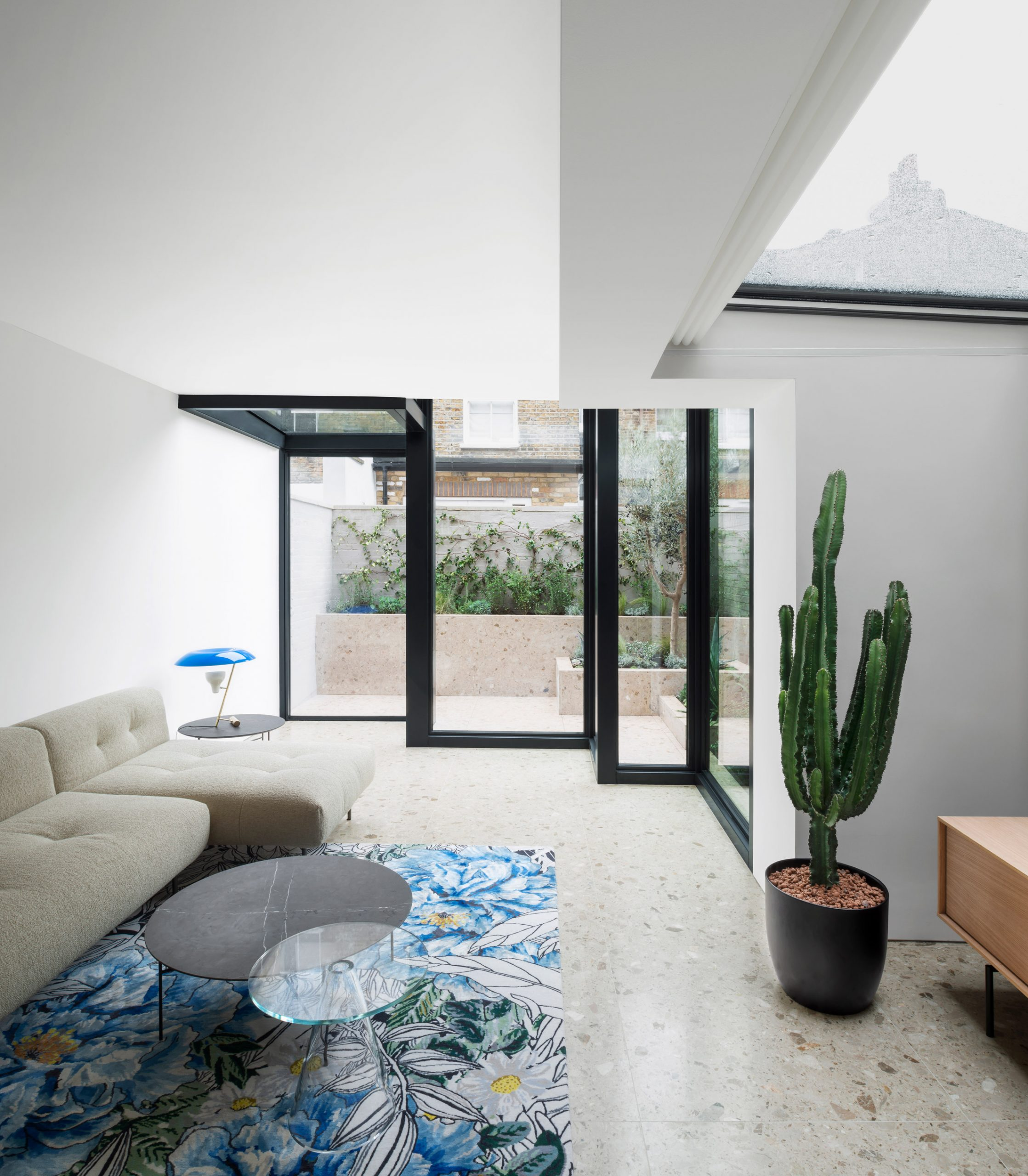 Lounge and extension of Frame House by Bureau de Change
