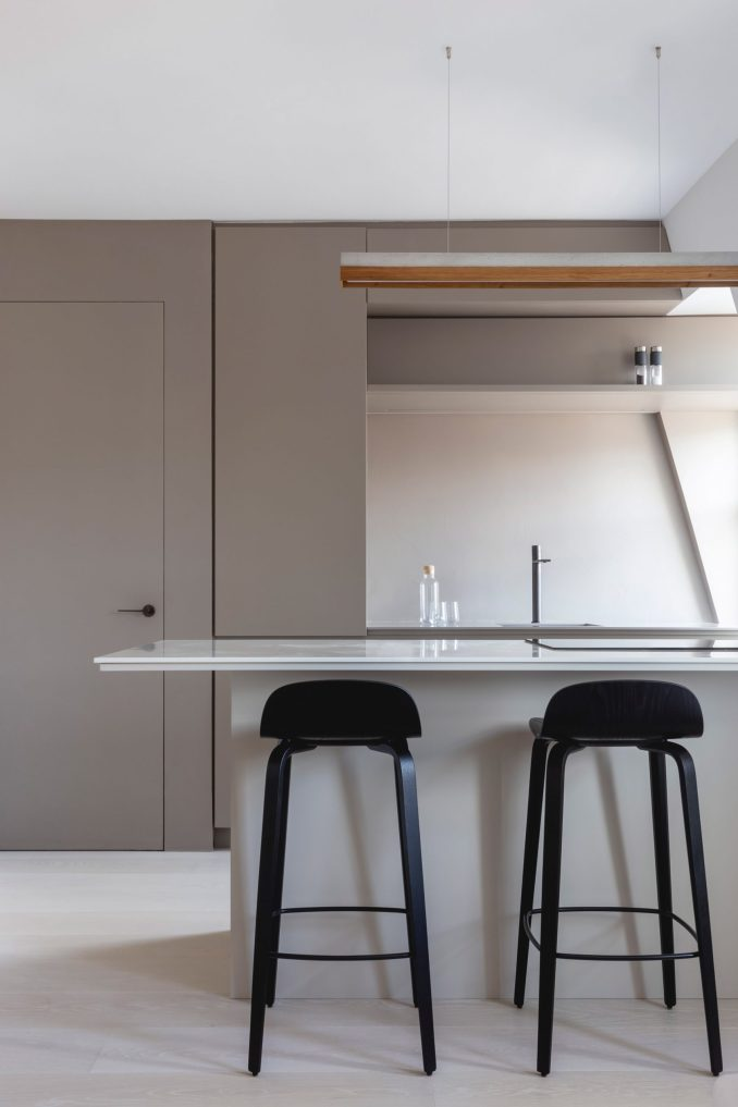 Open kitchen with bar stools in Mayfair pied-à-terre