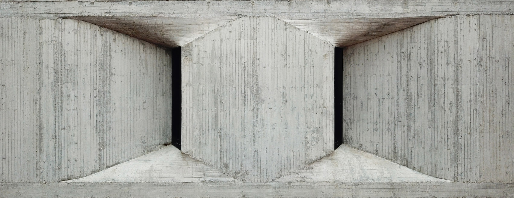 Board-marked fair faced concrete wall in Mexico