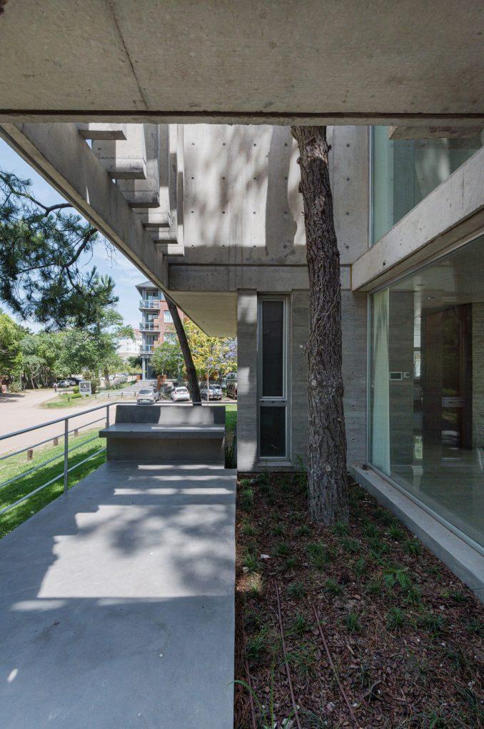 Covered Walkway in Casa Jacaranda by estudio galera