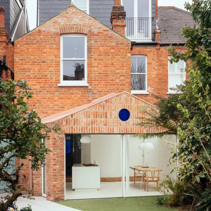 A brick house extension by VATRAA