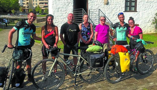 Camino. Cuatro peregrinos granadinos con sus bicis y dos canadienses, con el hospitalero Antonio Jarit, el pasado agosto.