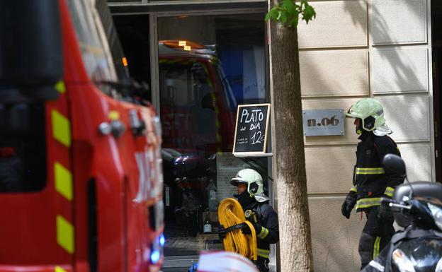 Les pompiers à l'extérieur du restaurant où l'incendie s'est produit./Morquecho