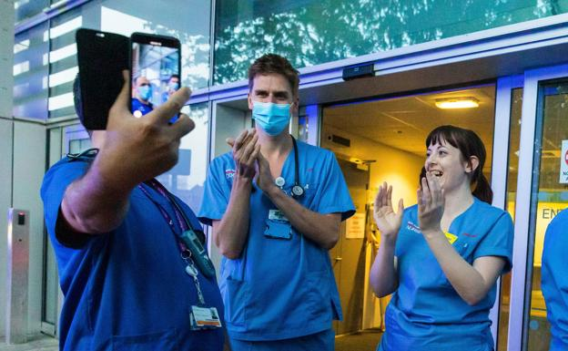 Royal London Hospital workers participate in the applause in support of the toilets
