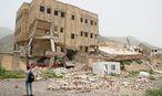 Spuren des Krieges. Ein Reporter fotografiert das Ergebnis eines saudischen Luftangriffes. / Bild: REUTERS