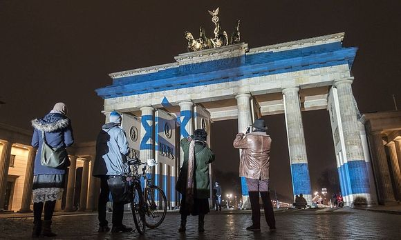 Das Brandenburger Tor erstrahlte in den Nationalfarben Israels. / Bild: (c) imago/ZUMA Press (imago stock&people)
