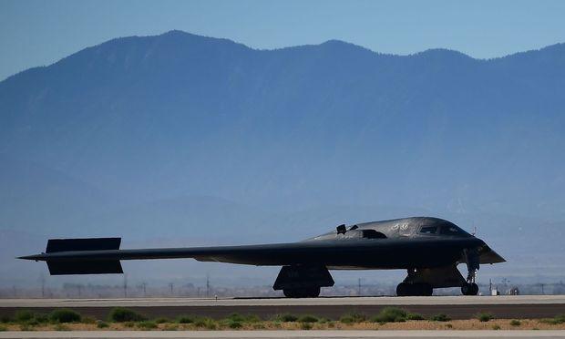 B-2-Tarnkappenbomber – APA/AFP/FREDERIC J. BROWN