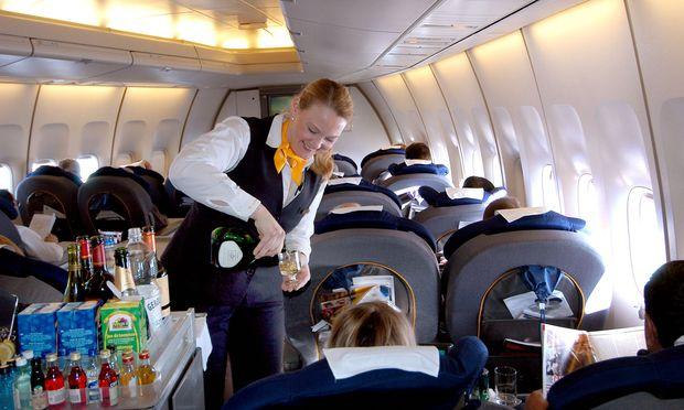 Flugbegleiterin und Fluggäste – (c) Bilderbox