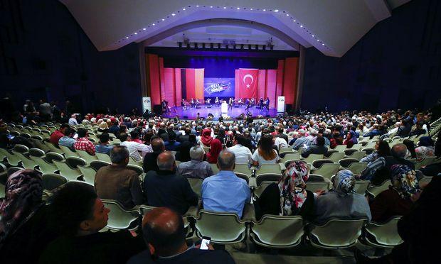 Der türkische Wirtschaftsminister Nihat Zeybekci bei seinem Auftritt in der Stadthalle Leverkusen – Reuters