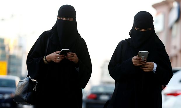 Saudi Frauen in Spitzenpositionen sind in Saudi Arabien sehr selten.use the Careem app on their mobile phones in Riyadh – (c) REUTERS