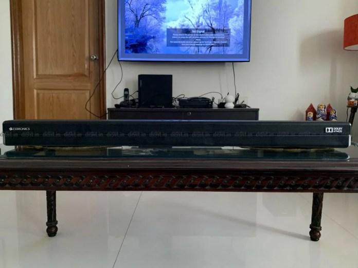 A barra de som se encaixa bem abaixo de TVs de 50 e 55 polegadas.