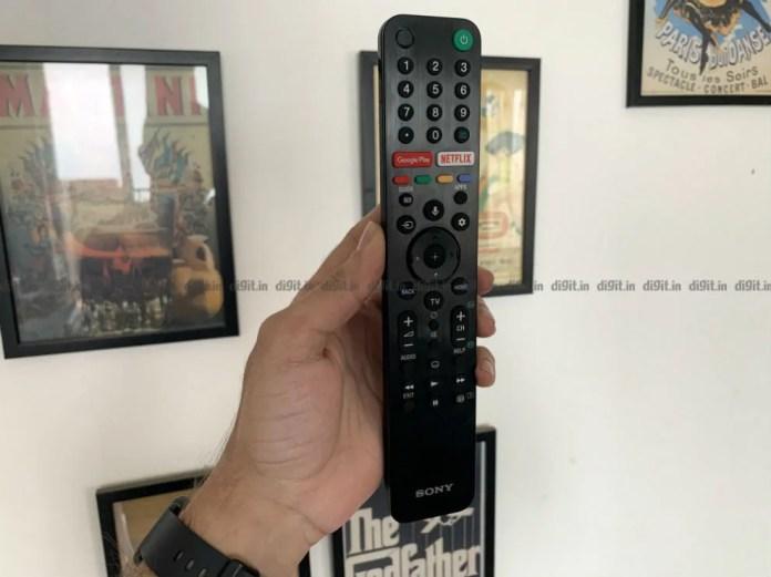 O Sony A8H vem com um controle remoto tradicional.