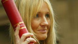 Известни британски артисти защитават Дж. К. Роулинг в транссексуален скандал
