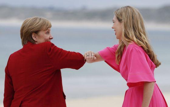 Германският канцлер Ангела Меркел поздравява съпругата на Борис Джонсън Кари Джонсън