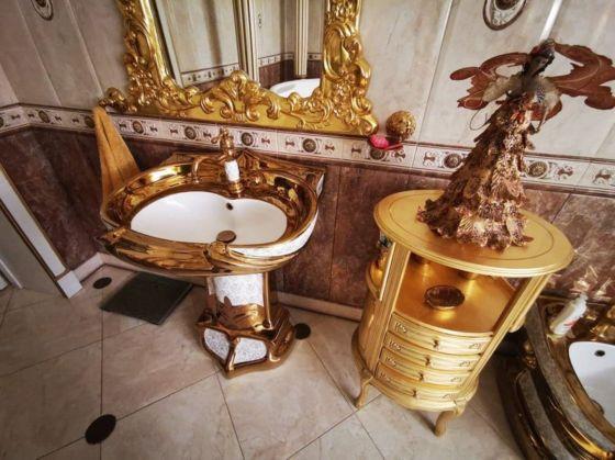 Златна мивка и тоалетна в банята