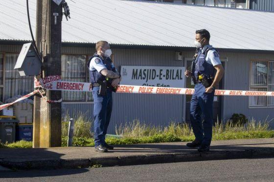Полиция пред джамия в Окланд