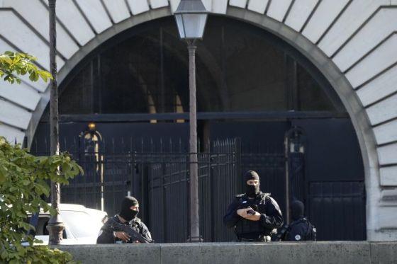 В сряда служители по сигурността охраняват входа на Двореца на правосъдието