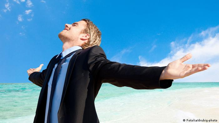 Man in suit on the beach (photo: Fotolia)