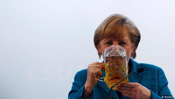 Ангела Меркель с кружкой пива во время празднования своего 60-летнего юбилея в 2014 году