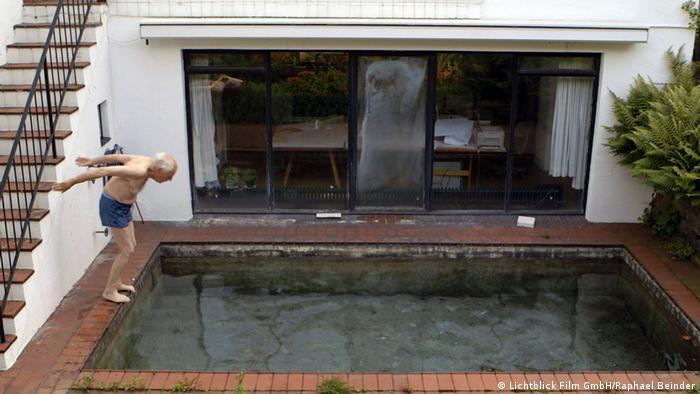 Gottfried Böhm swims at his house (© Lichtblick Film GmbH/ Foto: Raphael Beinder)