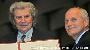 Το 2005 στο Άαχεν ο Θεοδωράκης παραλαμβάνει το βραβείο μουσικής της UNESCO από τον τότε δήμαρχο Γκιούργκεν Λίντεν