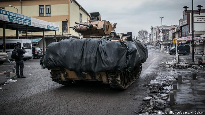 Turkey's offensive against pro-Kurdish group in southeast Turkey (picture-alliance/abaca/M. Coban)