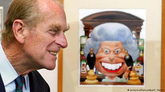 Prinz Philip und eine Karikatur von Queen Elizabeth II. (picture-alliance/dpa/C. Harris)
